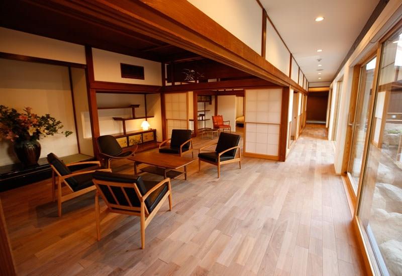蔵や小学校を移築した和モダンな客室