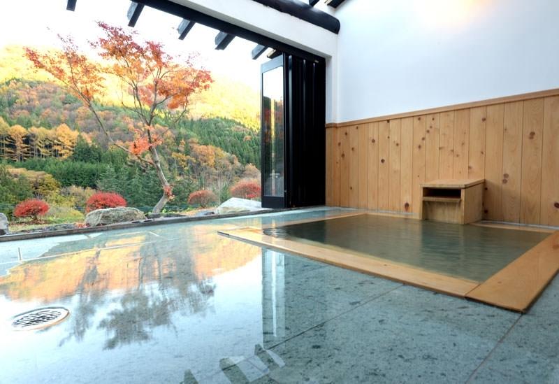 客室半露天風呂から眺める武尊の紅葉「川場温泉 清流の里 錦綉山荘」