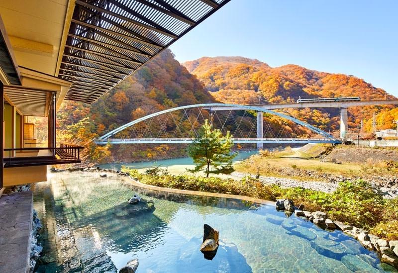 列車と紅葉の景色が雰囲気抜群「湯けむりの里 柏屋」