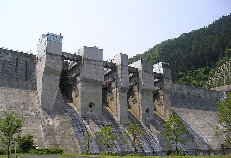 近畿エリア最大規模を誇る「地域に開かれたダム」。見学後は周辺施設を満喫