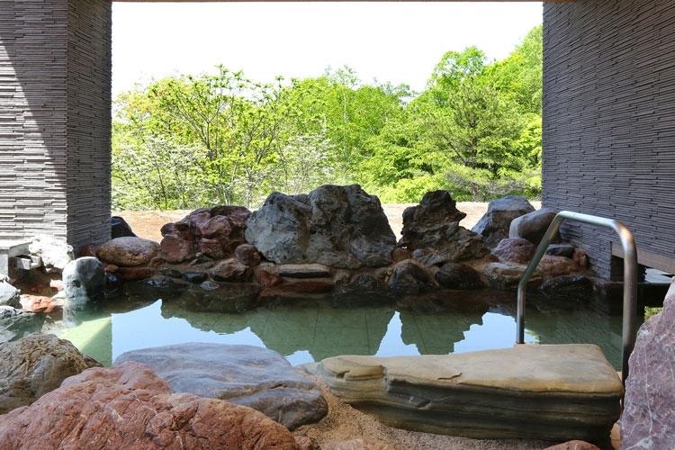 新緑に囲まれた天然温泉も初夏の楽しみ
