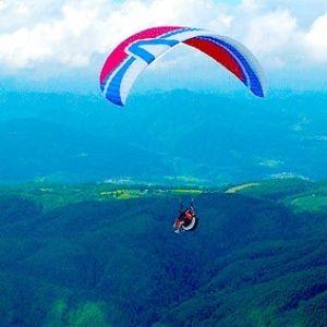 パラグライダー体験もできる。「白竜湖」周辺の観光ポイント