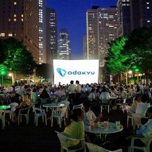 野外シアターで大人の映画鑑賞はいかが?新宿で夏を満喫するイベント開催