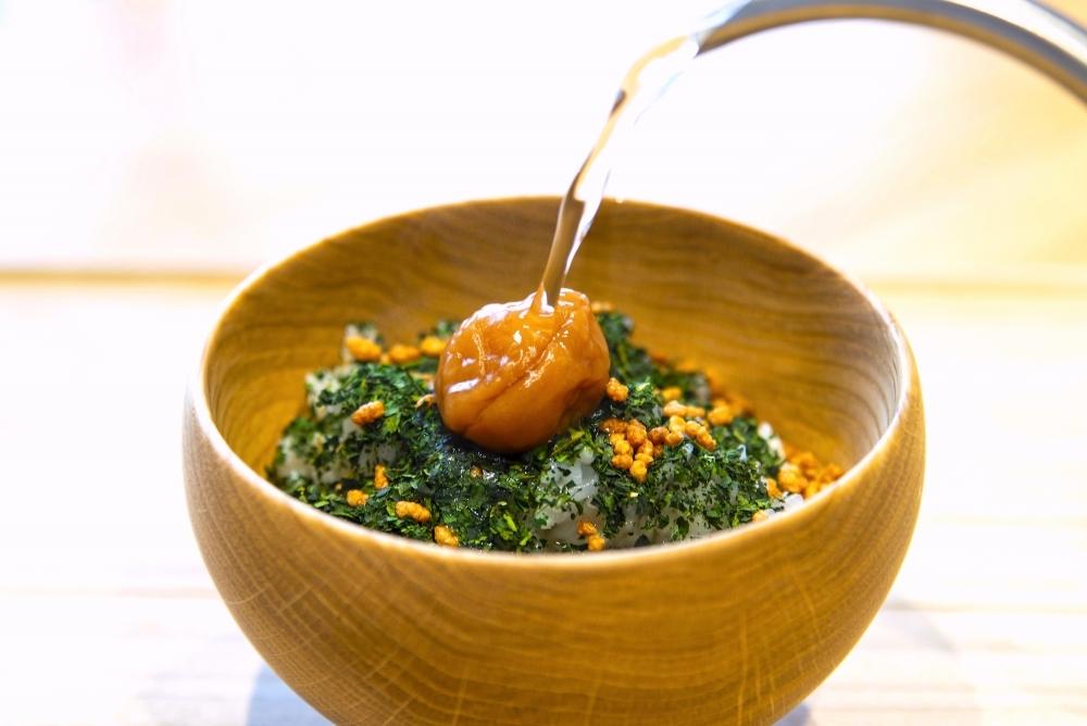 オリーブオイル漬けの梅干しを使用した「梅茶漬け」