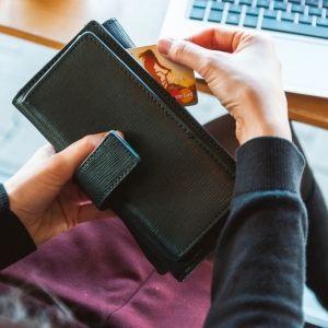 旅行貯金をしているはずが…。お金がたまらない人に共通する4つのこと