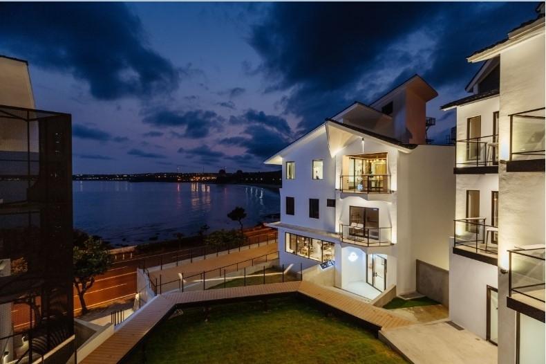ひときわ目を引く白亜のホテルは、眺望を重視した設計。