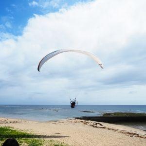 <動画つき>奄美観光大使・とまこが体験!空を飛ぼう!!お手軽モーターパラグライダーで世界観が変わる!【連載第35回】その0