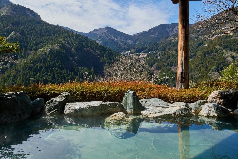 露天風呂から望む平家の隠れ里「新祖谷温泉 ホテルかずら橋」