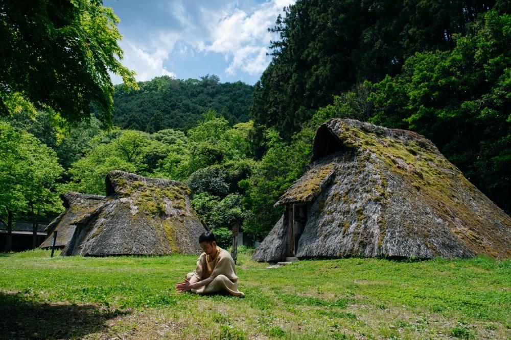 竪穴式住居に眠り、魚をつかみ取り「古代生活体験村」