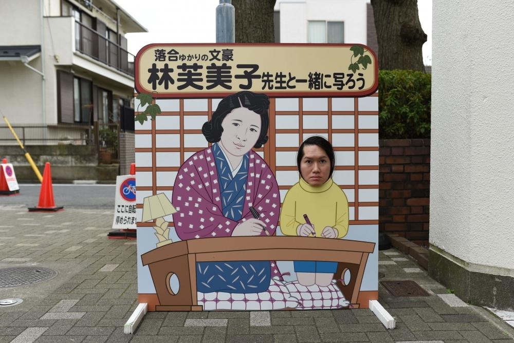 林芙美子先生と一緒に写ろう、新宿区立西落合図書館<東京>