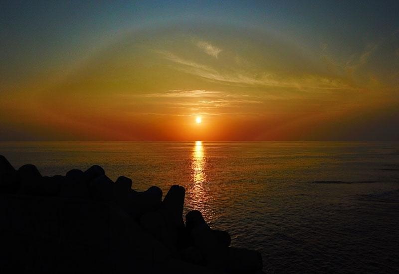 澄み切った住吉漁港で、テトラポットと夕日のコラボレーション