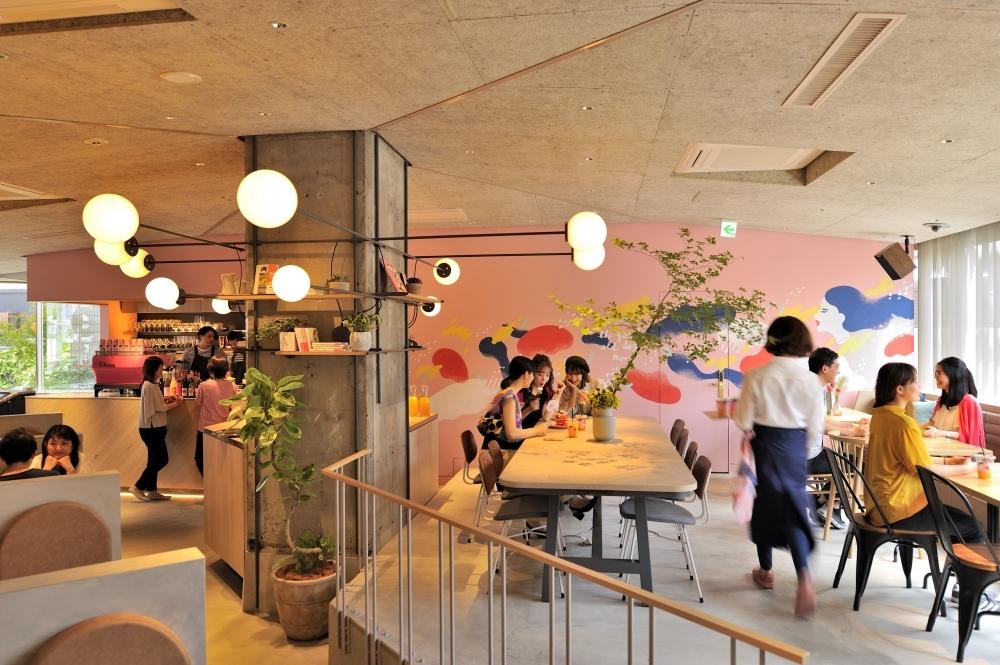 宿泊者以外も利用可能なカフェを併設
