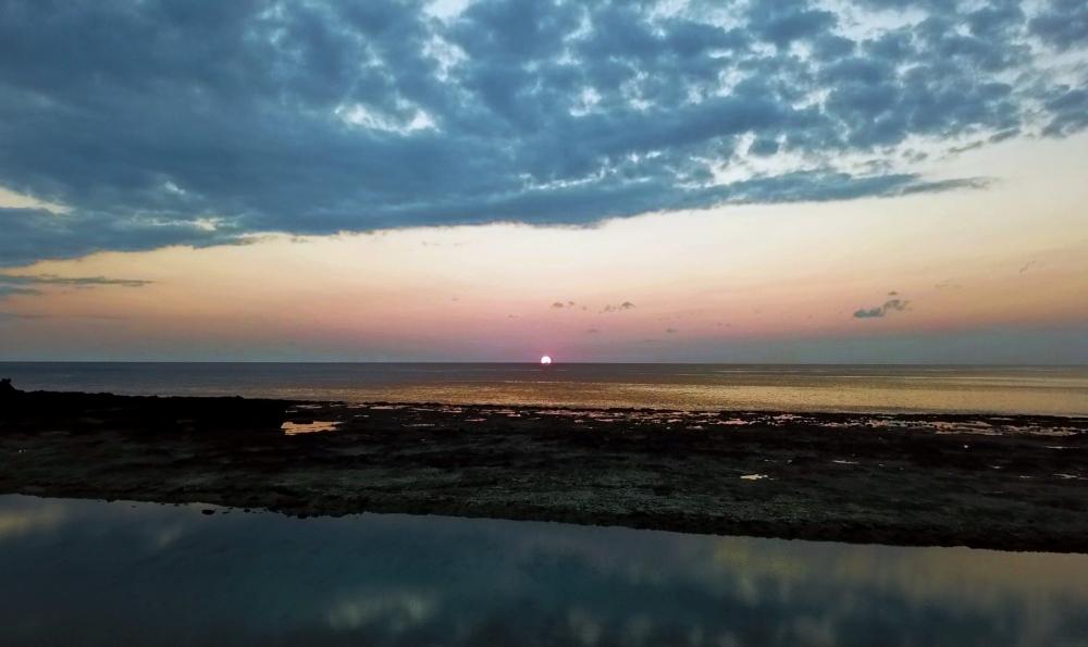 <動画つき>夕日バックのかっこいい自撮り! 元秘境ツアー添乗員・とまこがおすすめする徳之島の二つの海が重なるビーチ【連載第30回】その2