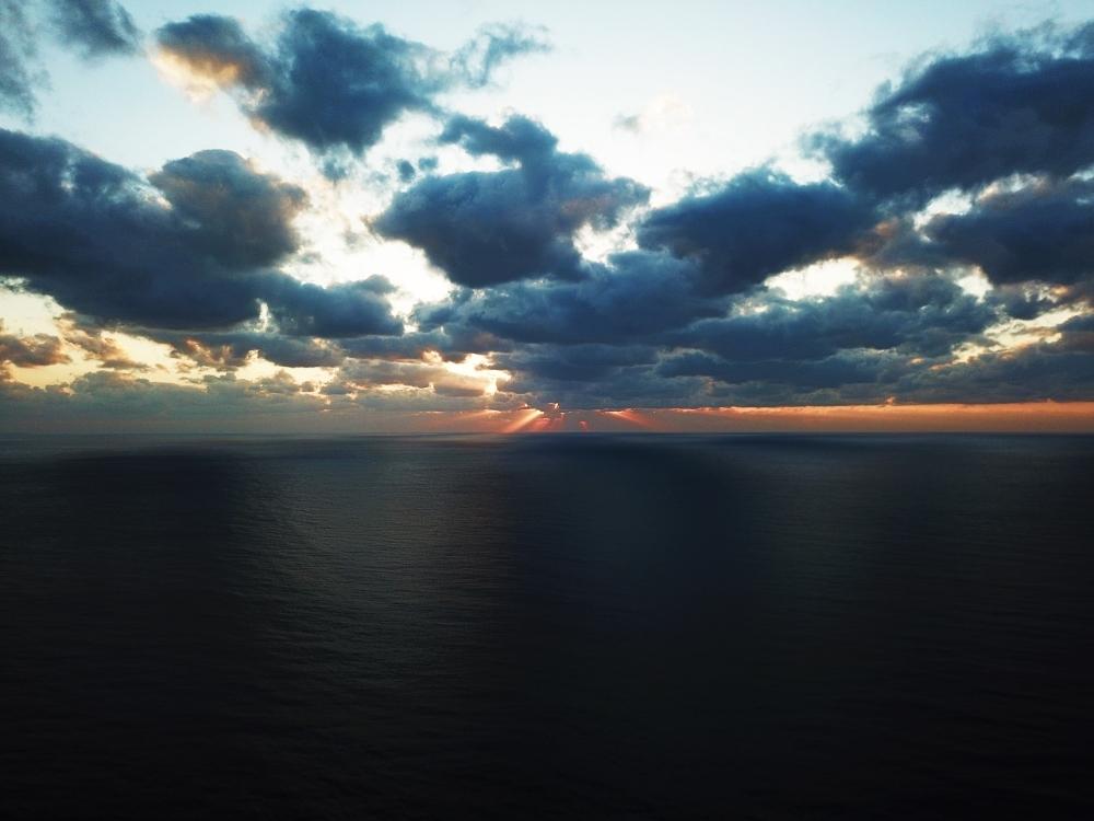 <動画つき>夕日バックのかっこいい自撮り! 元秘境ツアー添乗員・とまこがおすすめする徳之島の二つの海が重なるビーチ【連載第30回】その3