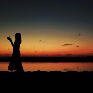 <動画つき>夕日バックのかっこいい自撮り! 元秘境ツアー添乗員・とまこがおすすめする徳之島の二つの海が重なるビーチ【連載第30回】
