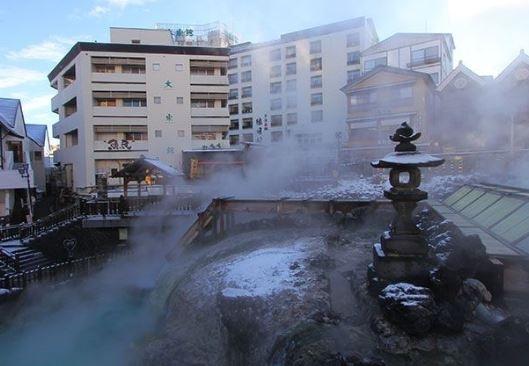 """草津のシンボル""""湯畑""""の目の前にある温泉旅館"""
