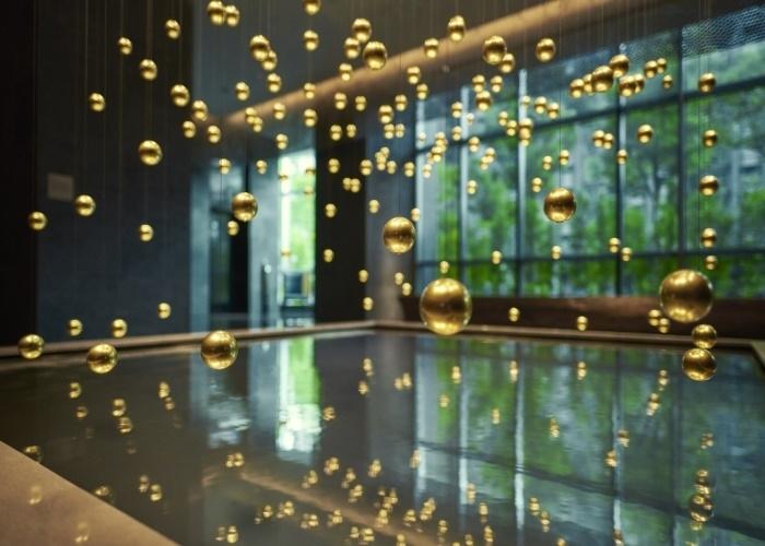 生命体のように躍動する球体の4Dアートがお出迎え。