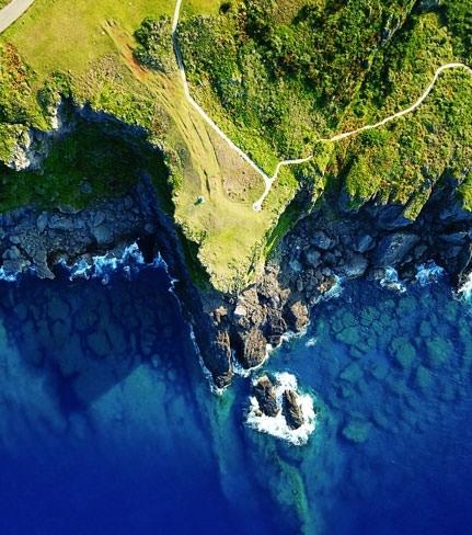 朗らかな野原がバッサリ終わって崖っぷちになる。大胆すぎる「田皆岬」