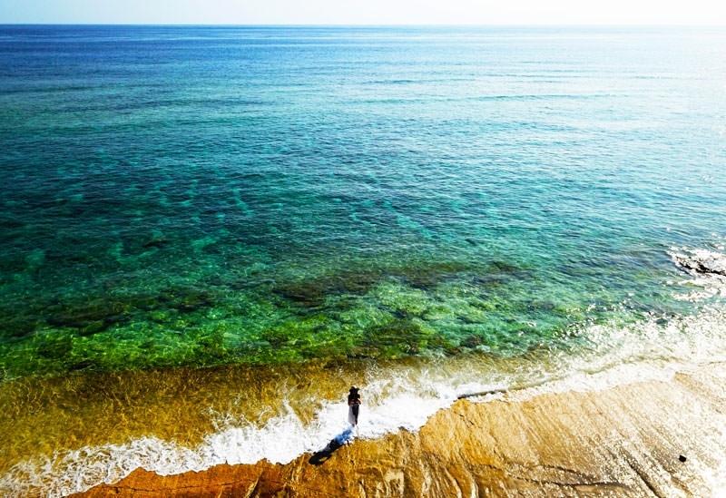 波打ち際が大きなアレに。謎な地形の「大津勘ビーチロック」