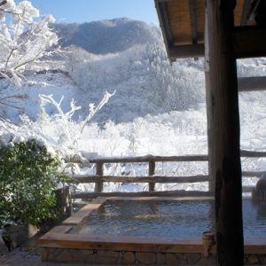 大人の隠れ宿で雪見風呂体験。開放的な露天風呂で濃密な湯浴みを堪能