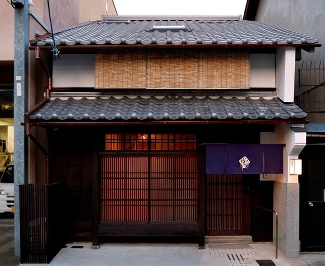 京町家をリノベーションした宿が誕生。約200冊の本を備えたライブラリースペースもその1