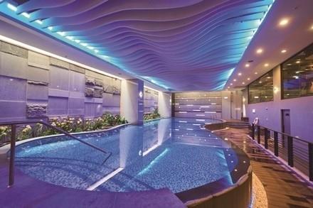 幻想的なライティングが目を引く、リゾート感あふれるプールへ。