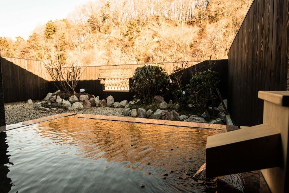 客室には弱アルカリ性の天然温泉も併設されています