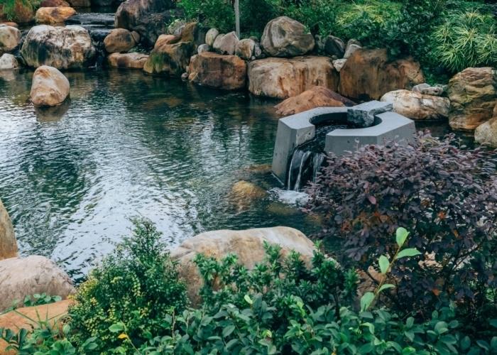 禅を意識した雅な空間、季節をうつし出す木々に癒される外庭。