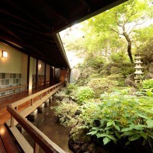 ここで「天城越え」が生まれた。日本一の巨石風呂がある伊豆の宿とは