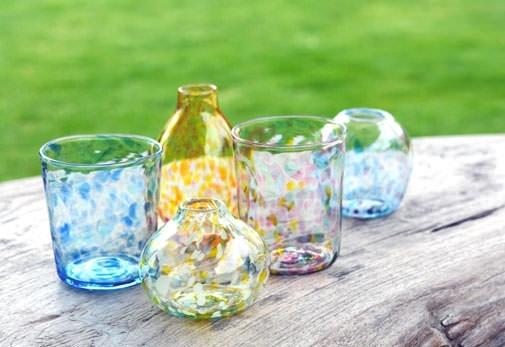 お洒落なガラススタジオでのガラス吹き体験