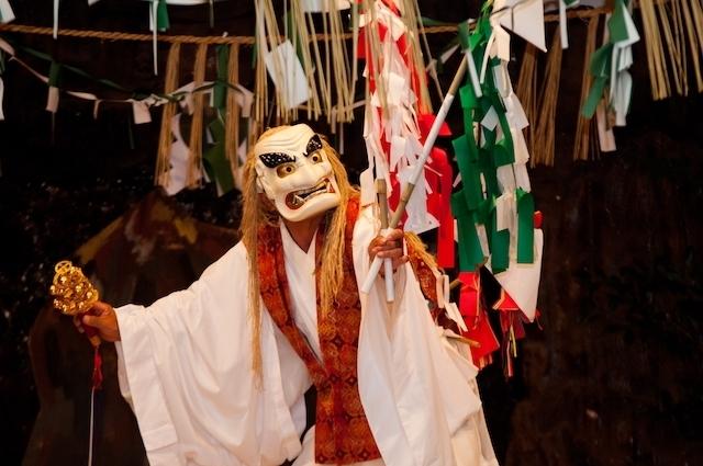 歩いて高千穂神社の「夜神楽」へ