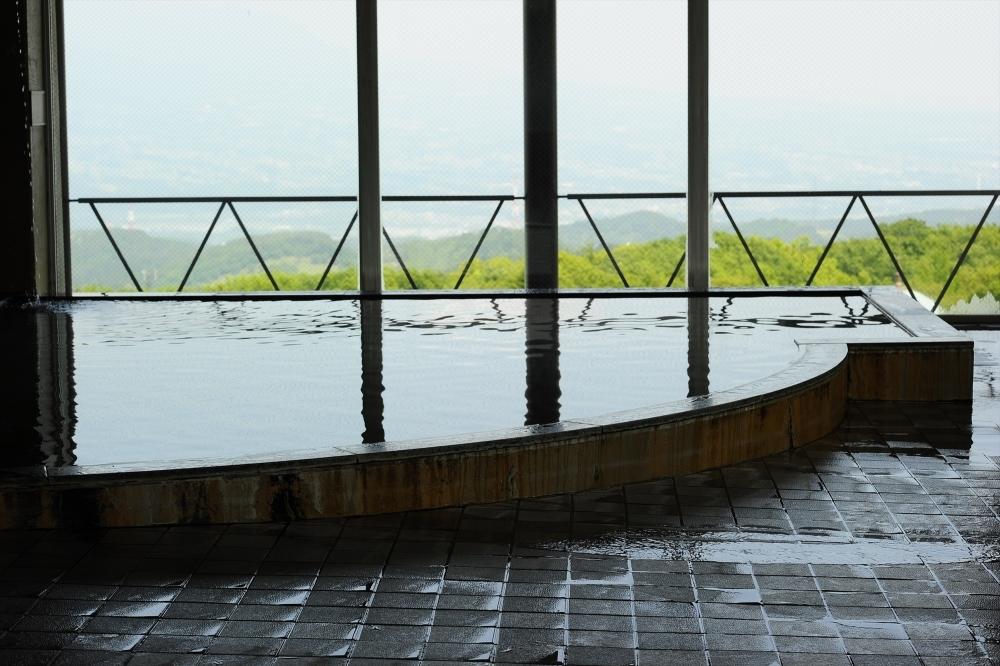 古き良き趣をそのままに。大浴場の窓から見える絶景