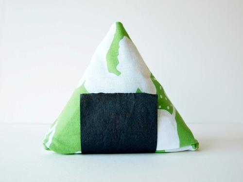 選ぶのが楽しいカラフルな三角おむすび型のお米