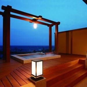 「味な宿 蓬莱屋」の屋上展望露天風呂で絶景に浸るひとときを過ごす