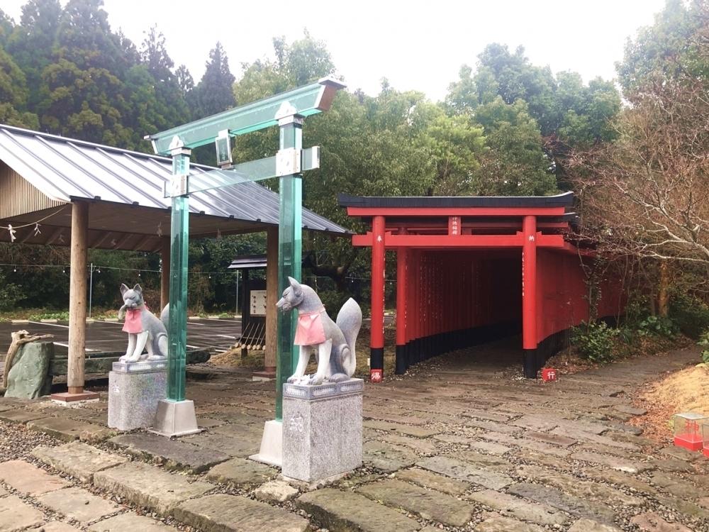 ガラスの鳥居×千本鳥居がSNS映え 鹿児島で話題の神徳稲荷神社