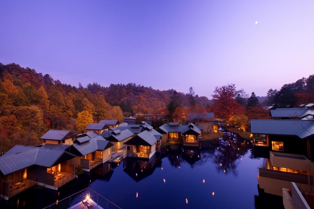 テラスに温泉、乗馬中も……今すぐ紅葉を楽しむなら「星のや軽井沢」(長野)