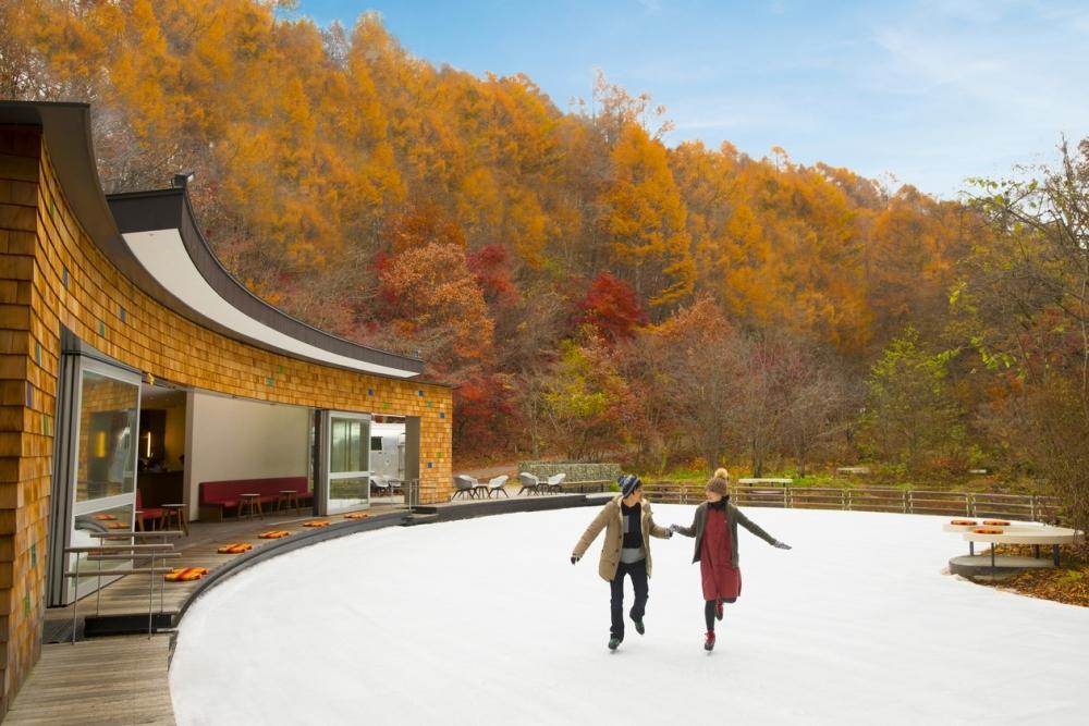 平日無料も! 温泉やスケートを楽しみながらの紅葉鑑賞なら「BEB5軽井沢」(長野)