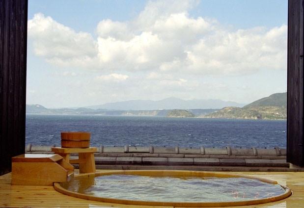 橘湾を一望できる露天風呂