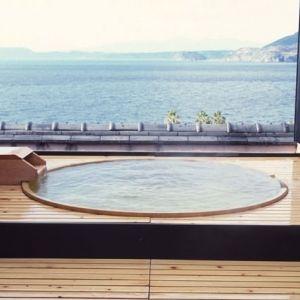 展望露天風呂からの壮大な眺めを楽しんで。心も身体もほぐれる宿