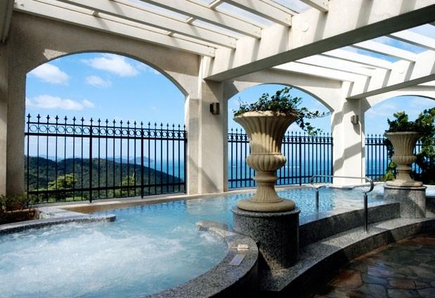 海に溶け合うような設計のプールが自慢「グランドエクシブ鳴門 ザ・ロッジ」