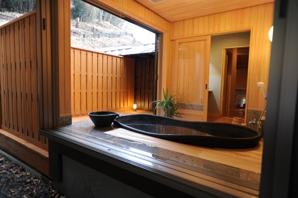 離れ特別室「ほまち庵」には半露天風呂もあるんです
