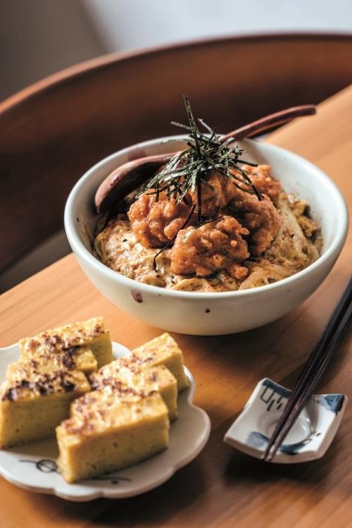 親子丼は、新鮮な鶏モモ肉のジューシーさを味わって。