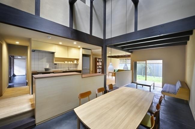 1階にはワインセラーを備えた設備充実のキッチンダイニングを配置
