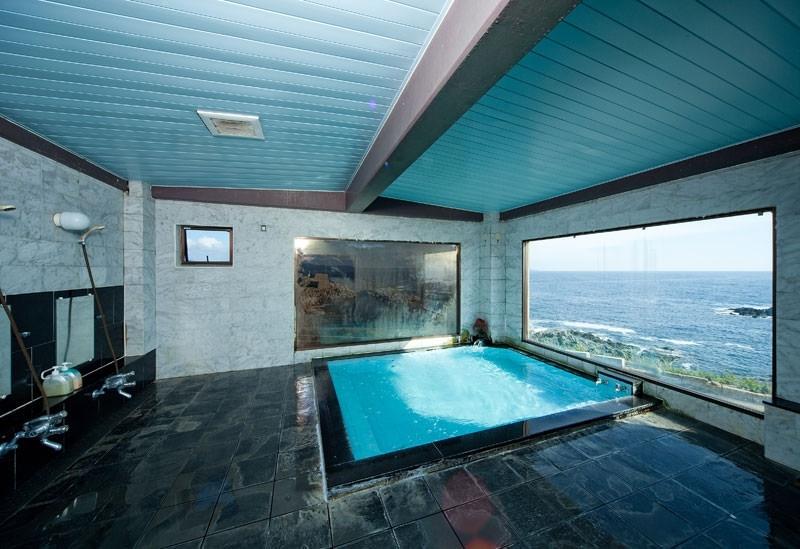 海を見ながら入れる大浴場とくつろげる客室