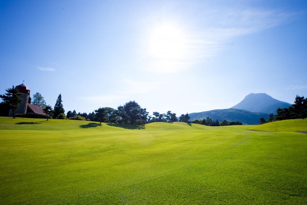 由布岳の裾野に広がるゴルフコースは開放感たっぷり