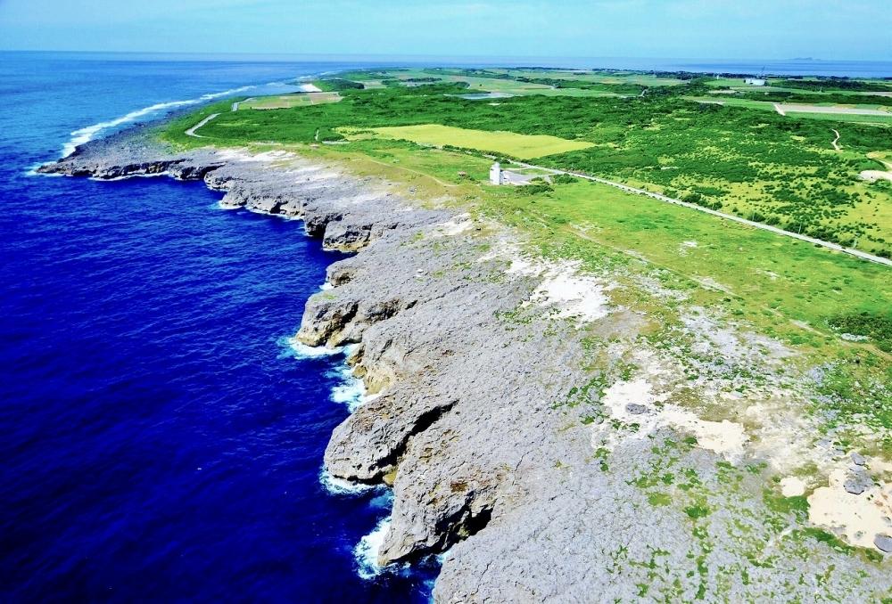 日本最南端は、果て感抜群。ゴッツゴツの断崖絶壁、大迫力!
