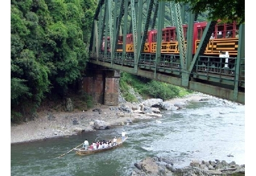嵯峨野の自然を満喫できる「嵯峨野トロッコ列車」に乗車