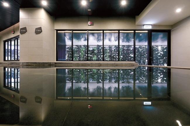 内風呂は、1トンの美人の湯を独り占め。大浴場には檜が香るサウナルームも。