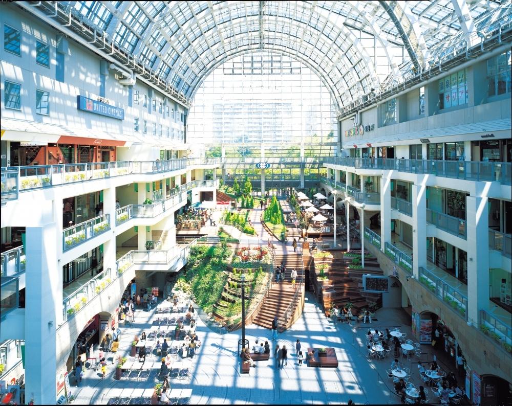 ホテルから徒歩すぐの場所にある大型商業複合施設「サッポロファクトリー」