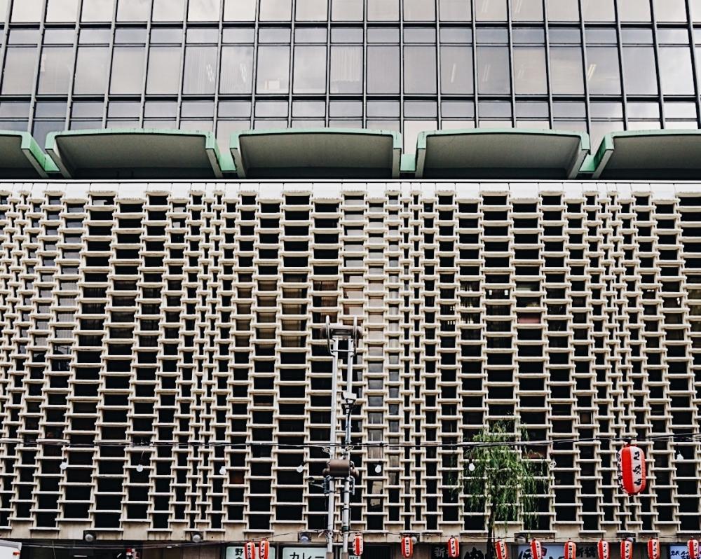 見る角度で全く異なる顔を見せるニュー新橋ビル